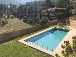 La pileta dentro o cerca de Montserrat La Calsina