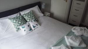 A bed or beds in a room at 19 Swabys Yard