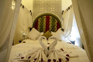 A bed or beds in a room at Riad Anabel