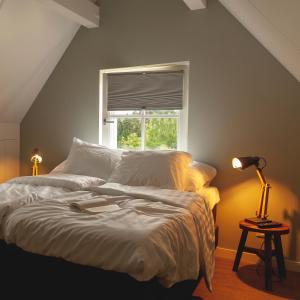 Een bed of bedden in een kamer bij Logement 't Voorhuysch
