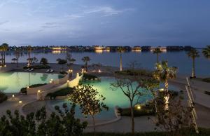 منظر المسبح في منتجع جزيرة البنانا الدوحة بإدارة أنانتارا او بالجوار