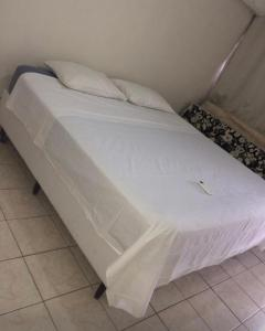 A bed or beds in a room at Apartamento Tambaú