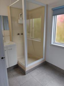 A bathroom at Summers Rest Units