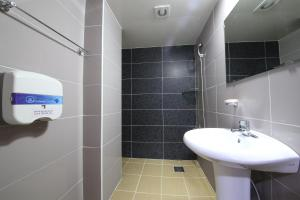 A bathroom at Gyeongju Bee House