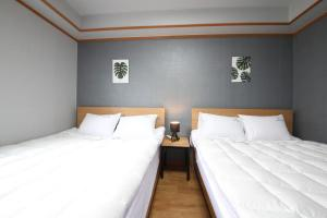 A bed or beds in a room at Gyeongju Bee House