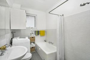 A bathroom at Leafy Apartment in Lane Cove - JANET