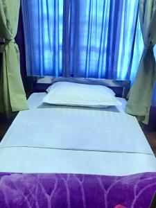 A bed or beds in a room at Thanlwin Pyar Guest House