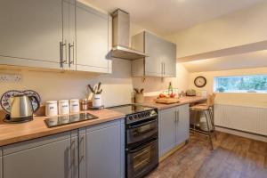 A kitchen or kitchenette at Labernum Cottage