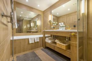 A bathroom at Relais & Châteaux Stikliai Hotel