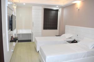 Кровать или кровати в номере Hotel Tara Palace Daryaganj