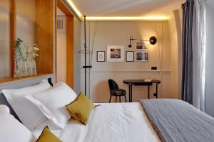 A bed or beds in a room at Tinah Paris, Réaumur - Montorgeuil