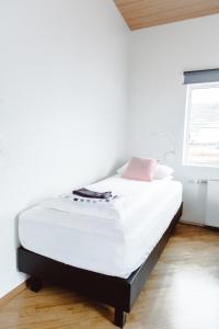 A bed or beds in a room at Gisting og Gallerí