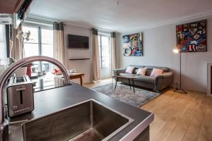 A kitchen or kitchenette at Spacious and Charming 6p flat à Madeleine