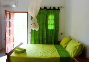 A bed or beds in a room at Keur Yakaar