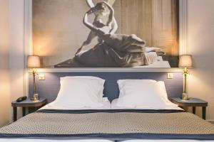 A bed or beds in a room at Hotel Saint Christophe