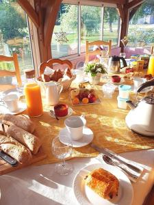 Breakfast options available to guests at Le Champ du Pré