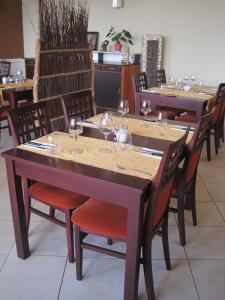 A restaurant or other place to eat at Hotel Restaurant Rive Gauche