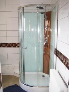 A bathroom at Hotel Restaurant Rive Gauche