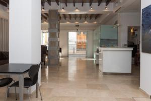 Una cocina o zona de cocina en Hotel Roca-Mar