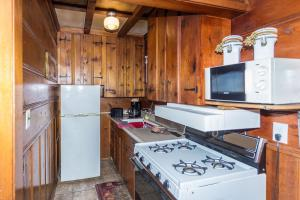 A kitchen or kitchenette at Apple Creek Cottages