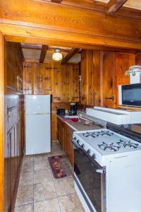 A kitchen or kitchenette at Apple Creek Cottages