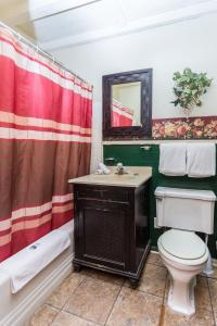 A bathroom at Apple Creek Cottages