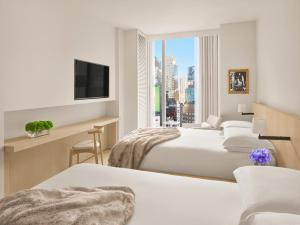 Een bed of bedden in een kamer bij Times Square EDITION New York