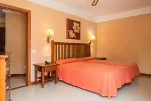 Een bed of bedden in een kamer bij Aparthotel El Galeón