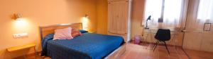 A bed or beds in a room at Torre del Prior
