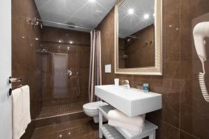 A bathroom at Sorrento Apartments