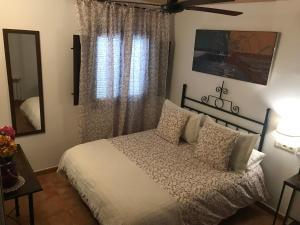 A bed or beds in a room at Hotel Rural Alfajía de Antonio