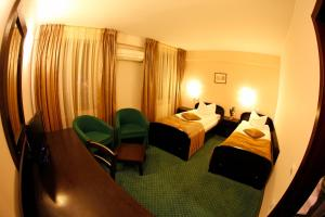 A bed or beds in a room at Hotel Arges Pitesti