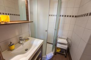 A bathroom at Azúr Ház