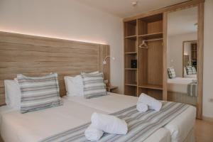 Een bed of bedden in een kamer bij Playa Del Sol - Adults Only