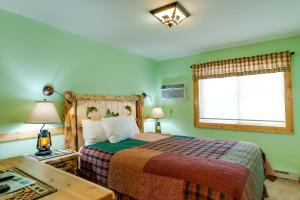A bed or beds in a room at Cobble Mountain Lodge