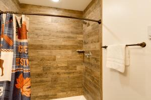 A bathroom at Cobble Mountain Lodge