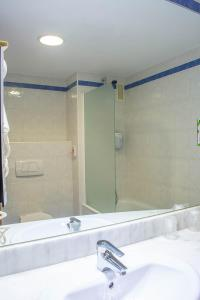 A bathroom at Campanile Madrid Alcalá de Henares