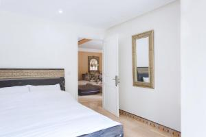 A bed or beds in a room at Stunning 4 Bed Luxury L'Hivernage The Ruby