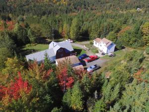 A bird's-eye view of Mountainside Hideaway Cottage & Suites