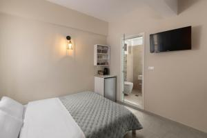 A bed or beds in a room at Maravelia Apartments