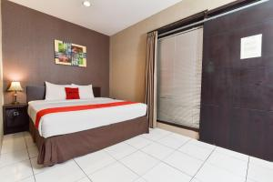 A bed or beds in a room at RedDoorz Plus @ Raya Legian