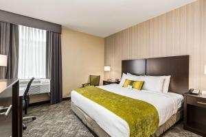 A bed or beds in a room at Best Western Plus Philadelphia-Pennsauken Hotel
