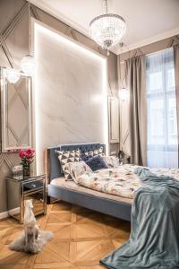 Postel nebo postele na pokoji v ubytování Dalí Wenceslas Square Apartment
