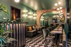 El salón o zona de bar de Tree Charme Parliament Boutique Hotel