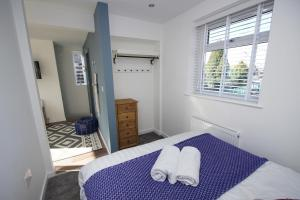 A bed or beds in a room at Air Host and Clean - Apartment 3, 13 Broadhurst Street