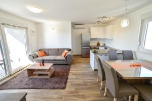 A seating area at Apartments Boomerang