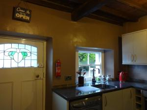 A kitchen or kitchenette at Beckside Cottage