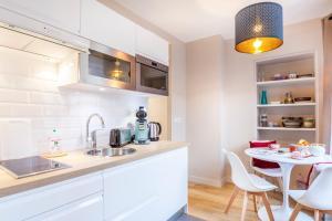 A kitchen or kitchenette at Le Petit Versailles