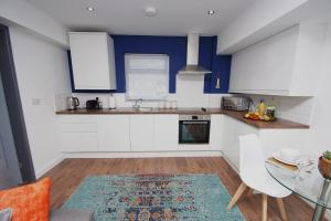 A kitchen or kitchenette at Air Host and Clean - Apartment 4, 13 Broadhurst Street