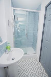 A bathroom at Air Host and Clean - Apartment 4, 13 Broadhurst Street